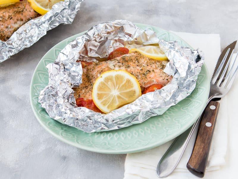 Recept voor een vispakketje met zalm, tomaat en citroen van de barbecue
