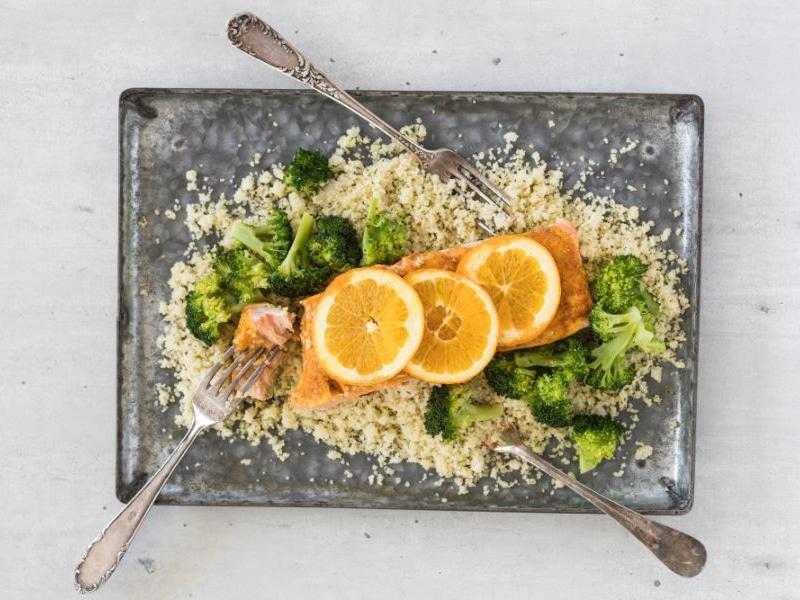 Gekruide zalmfilets uit de oven met broccoli en couscous