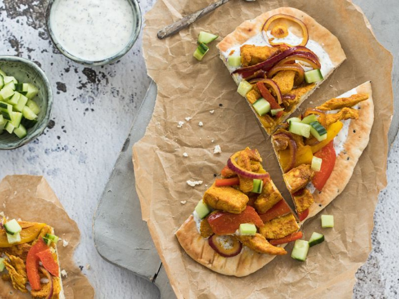 Recept van gemarineerde kipreepjes met een frisse yoghurtdressing op naanbrood