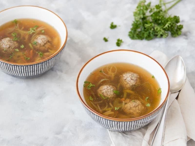 Recept voor groentesoep met prei, bleekselderij en soepballetjes
