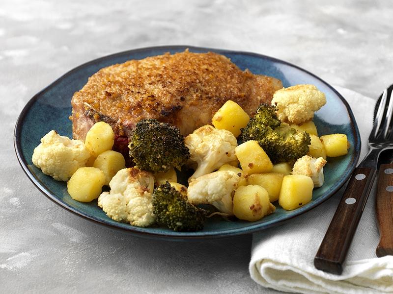 Recept voor karbonade met geroosterde broccoli, bloemkool en krieltjes uit de oven