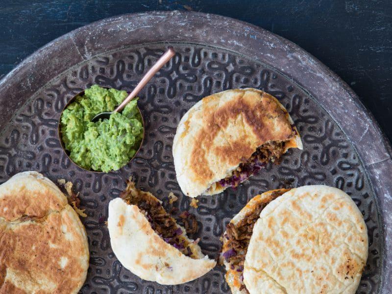 Recept voor pita quesadilla met gehakt, rode kool en avocadomousse