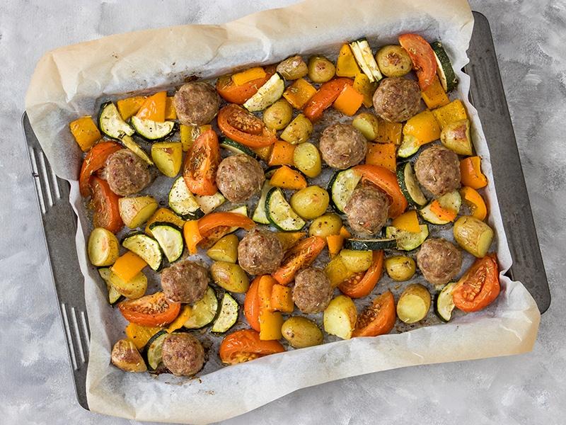 Gehaktballetjes uit de oven met groenten en aardappels