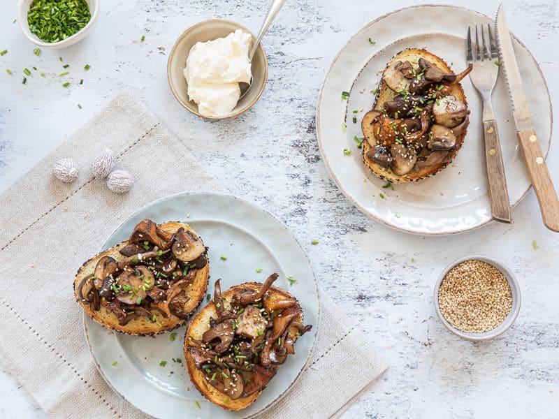 Recept getoast brood met gebakken paddenstoelen