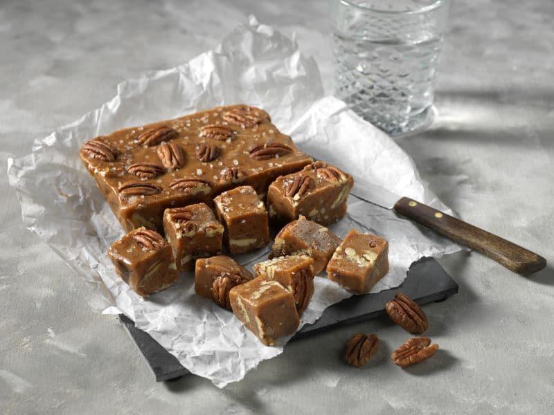 Recept karamel fudge met kaneel en pecannoten