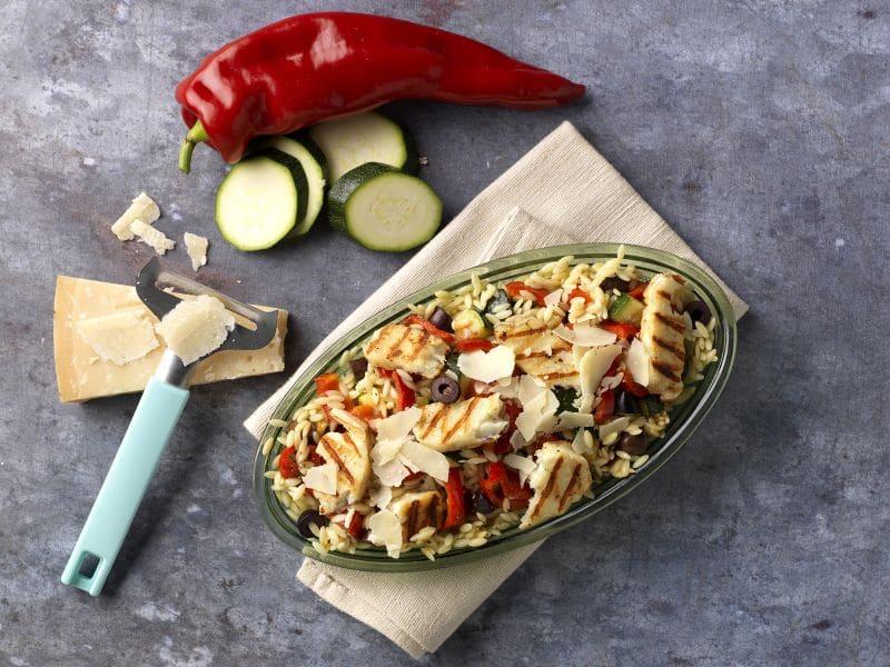 Recept salade met gegrilde halloumi, orzo en zoete punt paprika