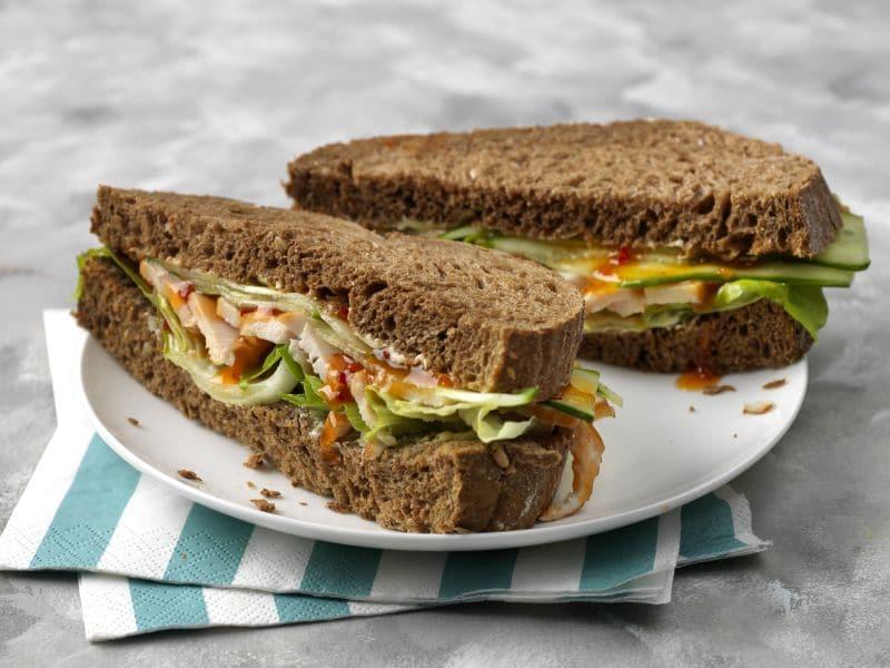 Recept sandwich met gerookte kipfilet, komkommer en sweet chili