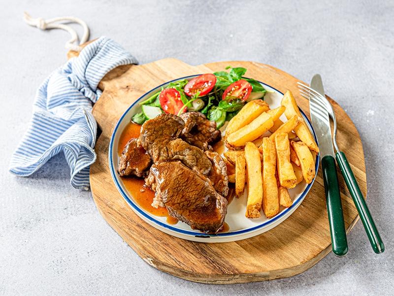 Recept voor runderstoof met friet en een frisse salade