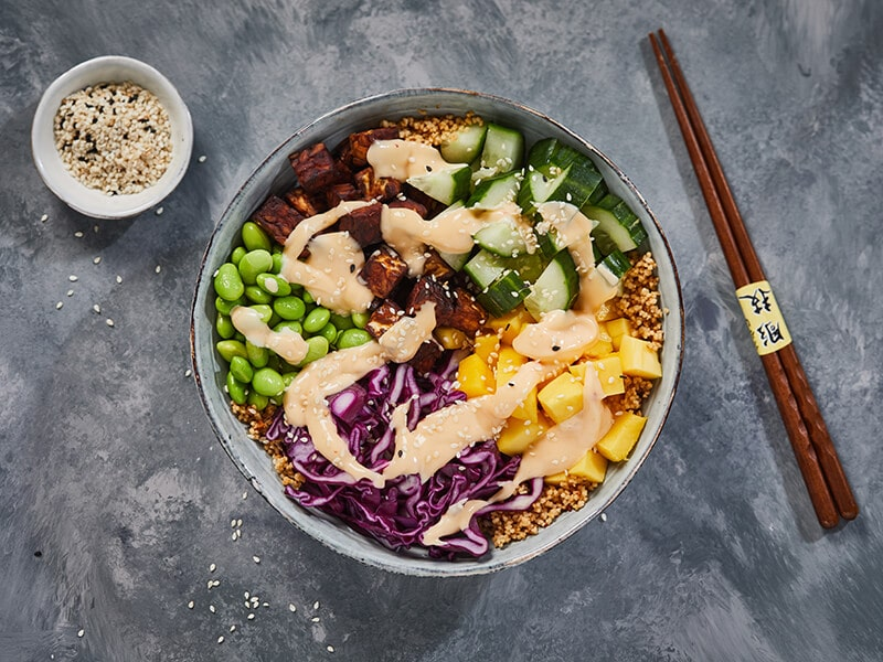 Recept voor vegetarische poké bowl met couscous en gebakken tempeh