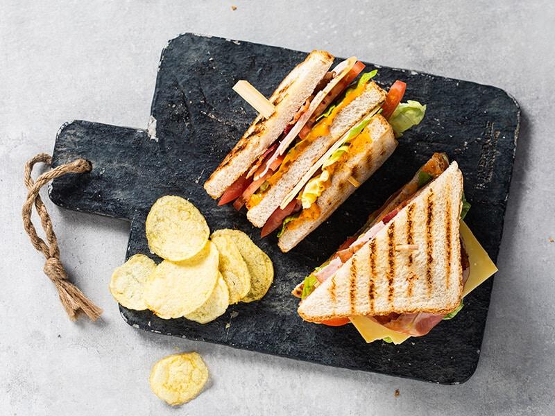 Recept voor een klassieke club sandwich met oranje brulsaus