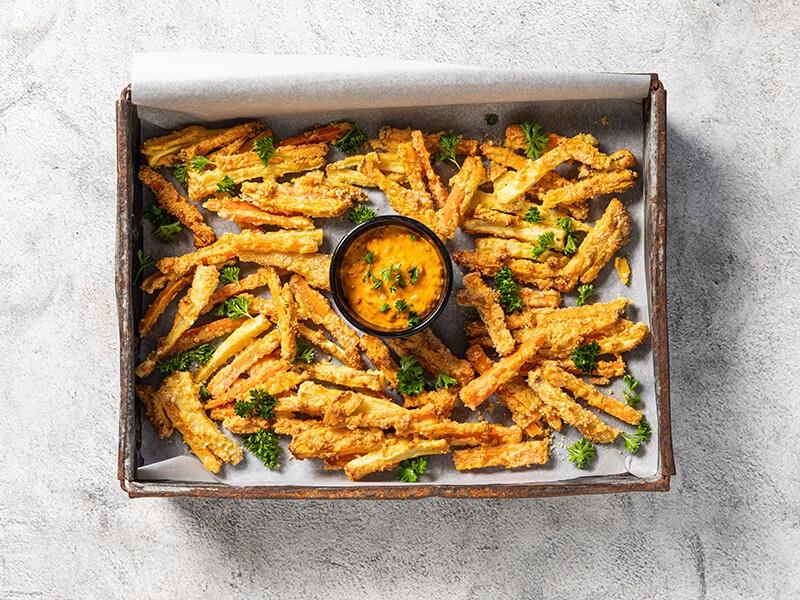 Recept voor krokante groentefriet met oranje brulsaus