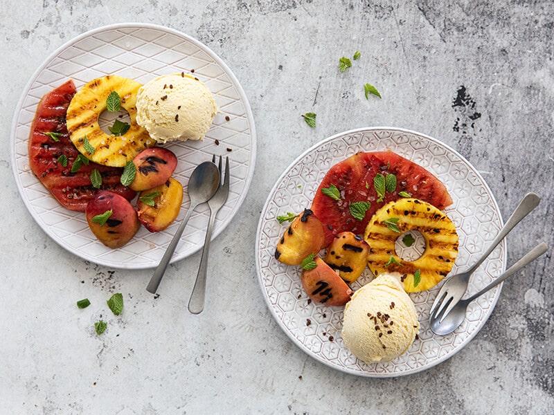 Gegrild fruit met zelfgemaakt vanille-ijs en kaneel/kandijsuiker