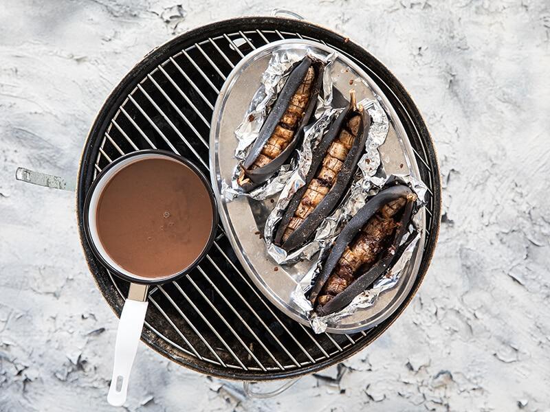 Geroosterde-banaan-met-chocoladedip-en-satésaus-van-de-BBQ