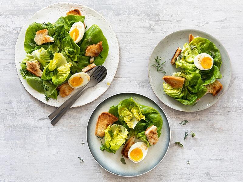 Recept voor kropsla-kruidensalade met zelfgemaakte croutons en gekookt ei